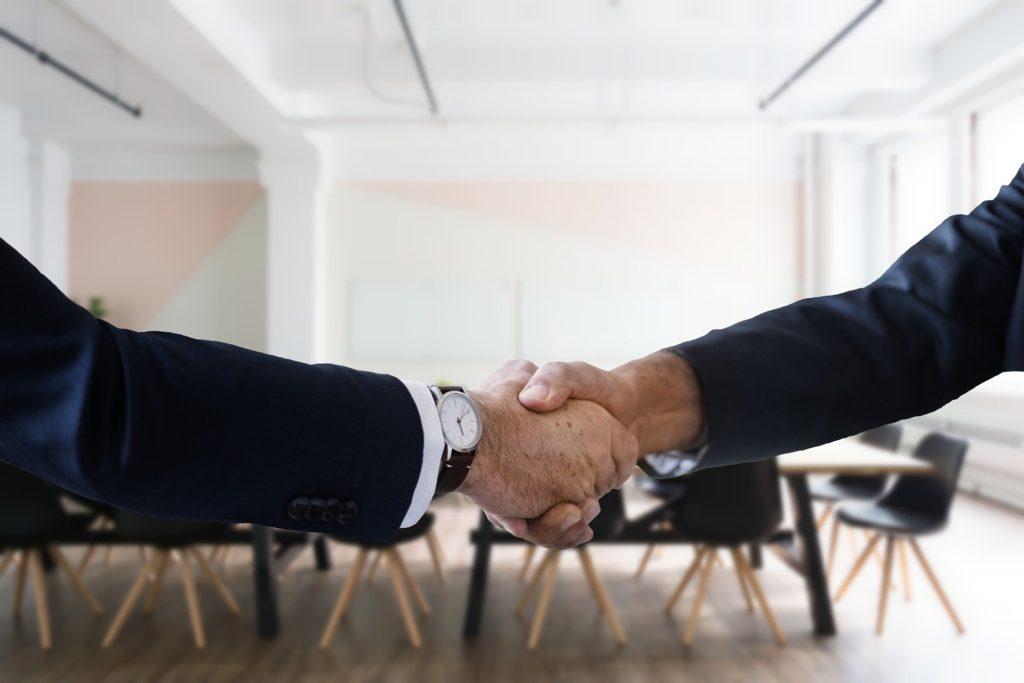 (引用:pixabay タイトル:Job Interview Handshake URL: https://pixabay.com/photos/job-interview-handshake-hiring-4131482/)